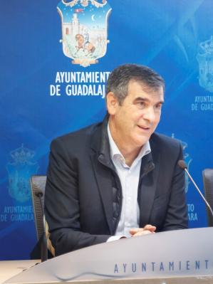Los vecinos de Guadalajara pueden reunirse con su alcalde en el Ayuntamiento o llamarle directamente al móvil para transmitirle sus inquietudes