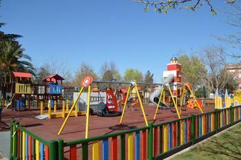 Ya se puede jugar en la zona infantil dedicada a los bomberos del parque de La Constitución de Azuqueca