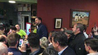 Santiago Abascal de VOX para a tomar un café en Tarancón y...¡da un mitín!