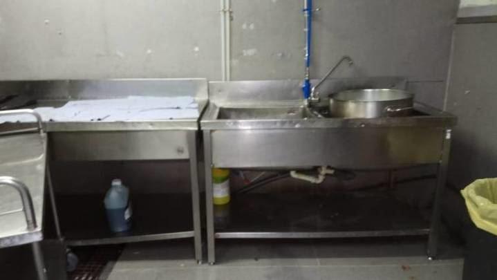 Cucarachas y alcantarillas que expulsan excrementos en el hospital Vall d'Hebron de Barcelona