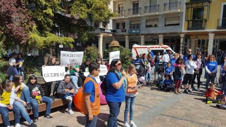 La XXI Marcha Solidaria de Maristas llena la calle Mayor y el centro de Guadalajara al grito de Solidaridad