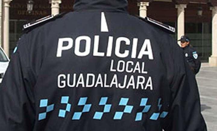 Encuentran a un hombre muerto dentro de un vehículo accidentado en mitad de la calzada de la calle Archena de Guadalajara