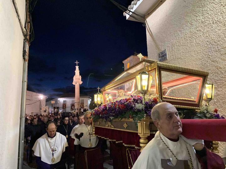 El Vía Crucis interparroquial congregó a feligreses de 26 pueblos en Fuentenovilla