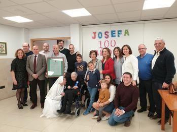 El presidente de la Diputación de Guadalajara felicita en Alovera a Josefa Moratilla por su 100 cumpleaños