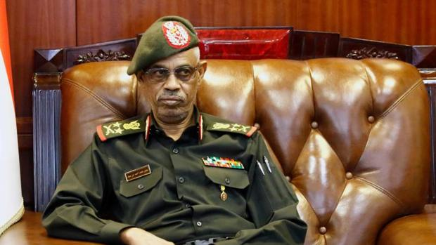 El Ejército toma el poder en Sudán y pone bajo arresto domiciliario al presidente Omar Al Bashir