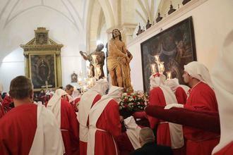 La lluvia obliga a que la procesión de Jueves Santo de Pastrana haya tenido lugar en el interior de la Colegiata