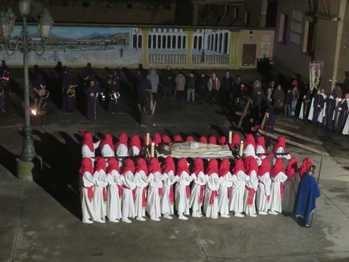 Cientos de personas llenan las calles de Yunquera para presenciar la Procesión del Santo Entierro