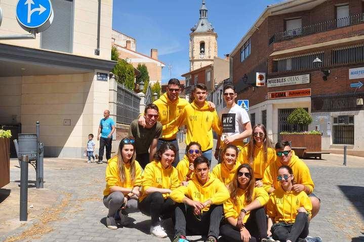 """Los Quintos y Quintas del """"01"""" de Yunquera de Henares celebran la tradicional """"Puesta del Mayo"""""""