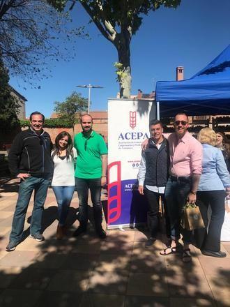 El candidato de VOX a la Alcaldía de Azuqueca de Henares, Javier Ortega, muestra su apoyo al comercio azudense