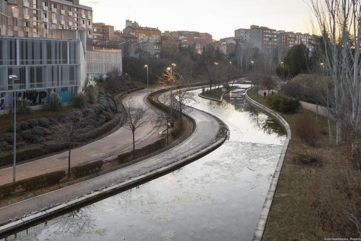 Guadalajara realiza trabajos de mantenimiento y conservación en la lámina de agua del barranco del Alamín