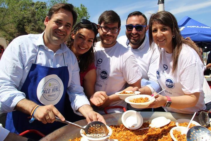 NNGG reparte 800 platos de migas en Toledo con Claudia Alonso y Paco Núñez
