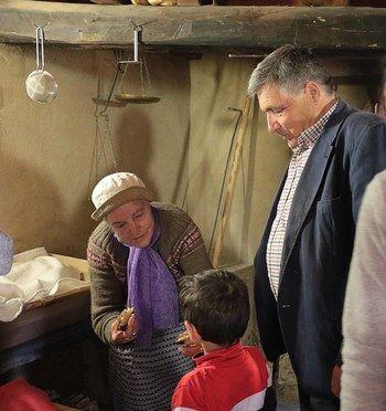 Almiruete celebra el Día de la Colación, invitando a pan y bollos a vecinos y visitantes