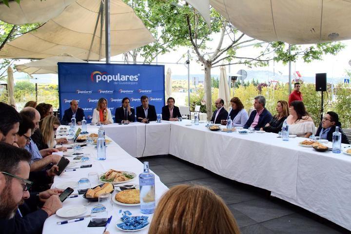 Núñez resalta en Guadalajara la bajada de impuestos para evitar el efecto frontera y el convenio sanitario con Madrid para recuperar población