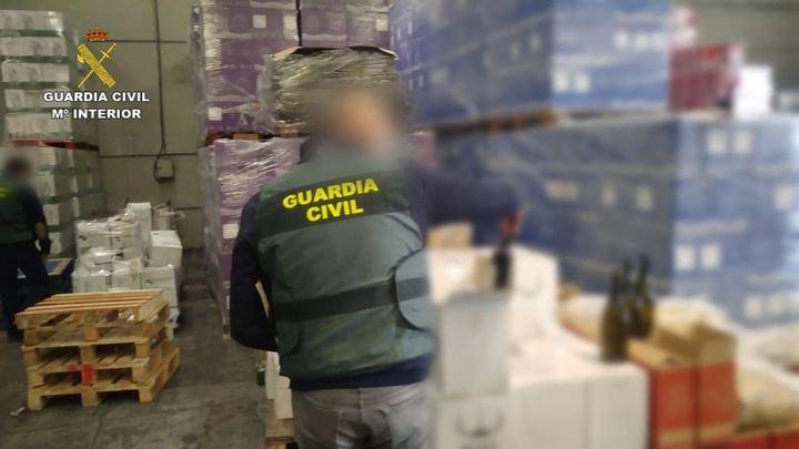 Desarticulan una banda que introdujo en el mercado dos millones de botellas de vino con contraetiquetas falsas