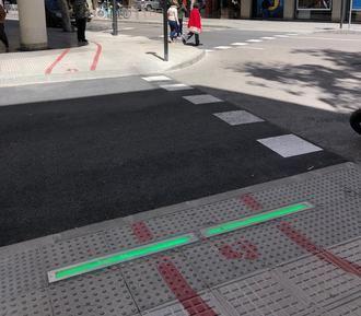 Innovadores semáforos en el suelo para evitar accidentes con los nuevos 'peatones zombi' del teléfono móvil