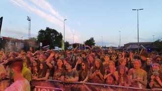 El color tomó la noche con la carrera Holi Life Neon de Guadalajara en la que participan 3.000 personas