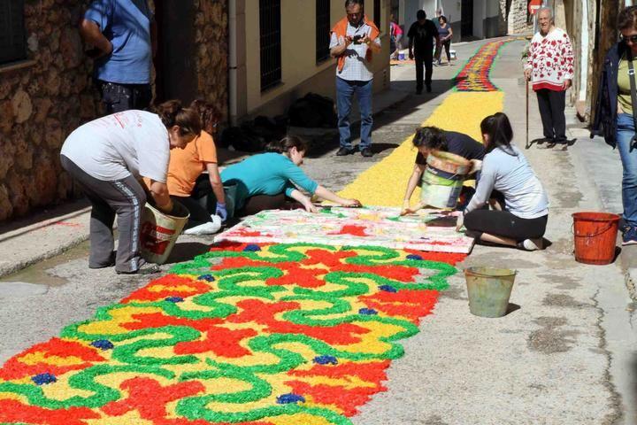 Este domingo, Almonacid de Zorita tapizará de colorido sus calles con las alfombras del Corpus