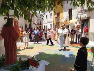Los altares y alfombras del Corpus embellecieronlas calles de Almonacid de Zorita