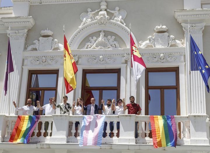 El balcón del Ayuntamiento de Guadalajara luce por primera vez la bandera arcoíris, en defensa de los derechos del colectivo LGTBI