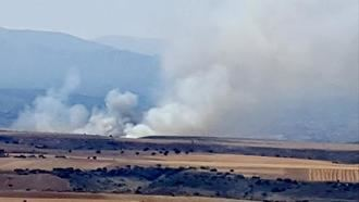 Dos medios terrestres y diez personas trabajan en sofocar un incendio en un pueblo de Guadalajara debido a una cosechadora