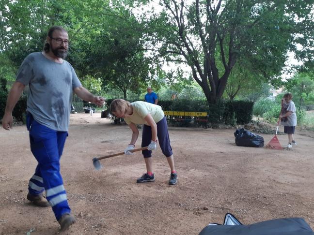 Los concejales de Villanueva de la Torre se ponen manos a la obra y comienzan a limpiar el municipio