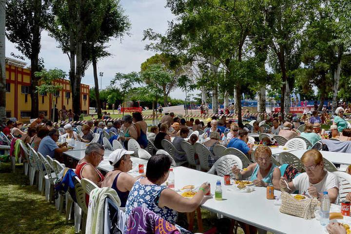 Imagen de archivo de la comida en la piscina de verano celebrada con motivo del Día de los Abuelos y Abuelas 2018. Fotografía: Álvaro Díaz Villamil / Ayuntamiento de Azuqueca