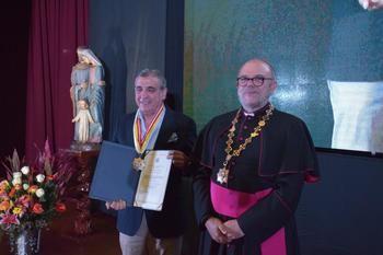 José Luis Alguacil y Juan Munguira reciben del obispo del Callao la Gran Cruz de la Solidaridad de Perú