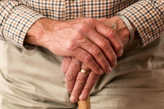 La doble carga del 'abuelo sándwich': cuidado de familiares en situación de dependencia y nietos