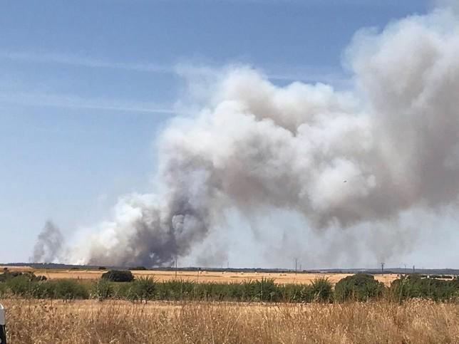 122 personas y 13 medios aéreos trabajan en la extinción de un incendio en Barchín del Hoyo (Cuenca)