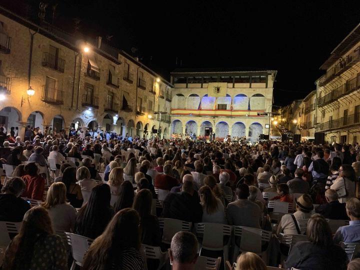 Magdalena Valerio, ministra de Trabajo en funciones, pregonó anoche las Fiestas de San Roque de Sigüenza