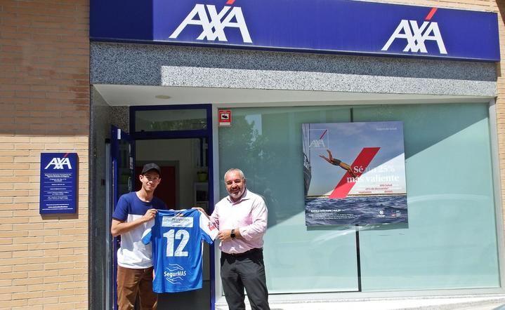 Yan Carlos firma por el Hogar Alcarreño