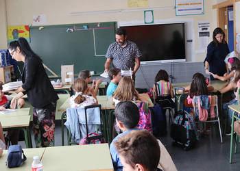 La concejala de Educación Global, el alcalde y la directora del CEIP La Paloma entregan las agendas a los alumnos de una de las clases de 4º. Fotografía: Ayuntamiento de Azuqueca de Henares