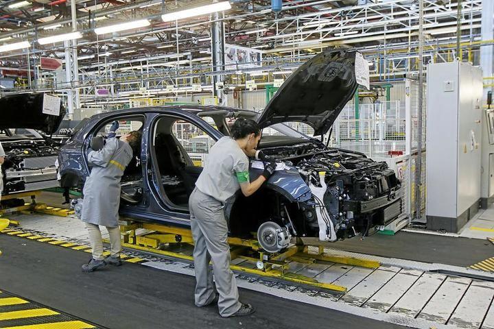 Renault anuncia la supresión de turnos en sus tres factorías de España por la bajada de la actividad