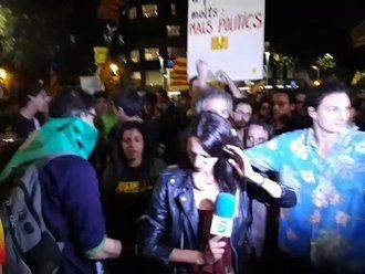 VERGONZOSO : Agreden a una reportera de Telecinco durante la manifestación del 1 O en Barcelona