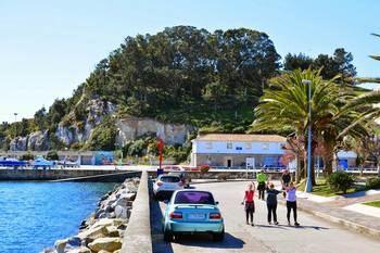 Si tiene 200.000 euros, puede comprar una aldea gallega con 12 casas y...¡vistas al mar!