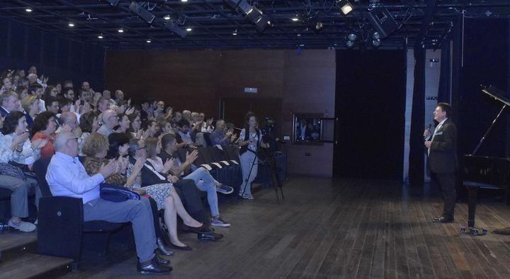 El pianista afincado en Sigüenza Brenno Ambrosini presentó en el Teatro Real su nuevo CD 'AD Astra. El viaje infinito'