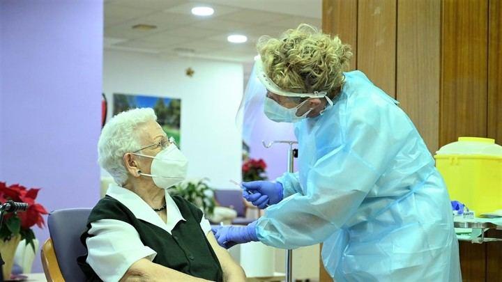 DÍA HISTÓRICO : Araceli, de 96 años, recibe a las 9 de la mañana de este domingo en Guadalajara la PRIMERA VACUNA contra el Coronavirus en España