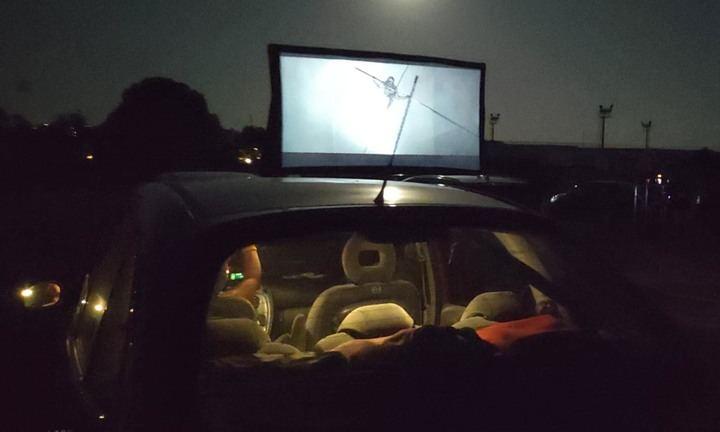 Noche de autocine en la calle Valdemoma en Cabanillas