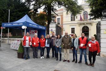 La Diputación de Guadalajara muestra su apoyo a Cruz Roja en el Día de la Banderita