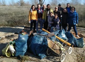 Una quincena de voluntarios recogen más de 300 kilos de basuraleza en una zona verde natural de Valdeluz
