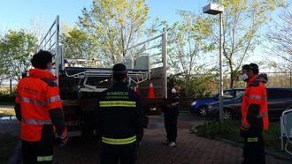 Los bomberos de la Diputación y del Ayuntamiento de Guadalajara desinfectan 200 ambulancias en una semana