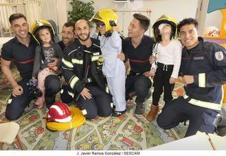 Como cada Navidad, los bomberos han acudido a su cita navideña con el Hospital Universitario de Guadalajara