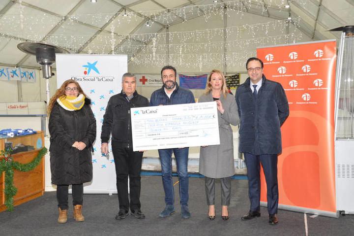 Sobre estas líneas, entrega del cheque de CaixaBank a Cruz Roja. Fotografías: Álvaro Díaz Villamil / Ayuntamiento de Azuqueca