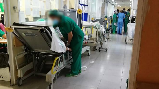 Colapso en las Urgencias del Hospital de Toledo : vuelven la imagen de las camas en los pasillos