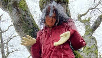 Aparece, en una plaza de Santiago de Compostela, una muñeca ahorcada con la cara de...Carmen Calvo