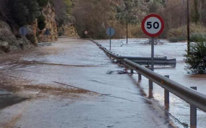 Restablecido el tráfico en la CM-3203 entre Ayna y Elche de la Sierra que quedó cortada por el desbordamiento del río Mundo