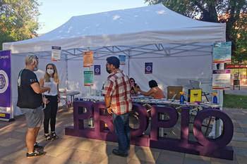 Jornada de sensibilización y prevención de violencia machista en el Espacio Propio de Cruz Roja Juventud instalado en la plaza del General Vives de Azuqueca