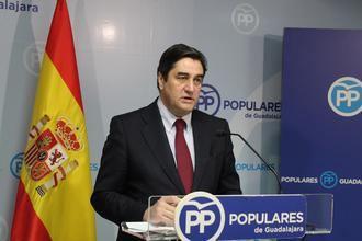 Echániz asegura que los españoles tienen motivos para estar preocupados por la investidura de Sánchez con la cesión a los independentistas y por los nefastos datos de desempleo