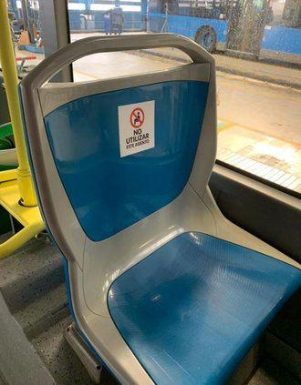 La EMT marca los asientos que no se pueden usar para garantizar la separación entre los usuarios de los autobuses