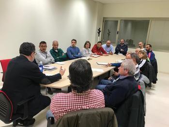 El concejal de Deportes mantiene un encuentro con clubes de atletismo y triatlón sobre la gestión de instalaciones deportivas de Guadalajara